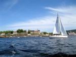 Живописный фьорд Осло со старой крепостью на берегу